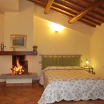 Farm Holidays La Baghera - La Baghera Alta - Donatello Apartment - Master Bedroom with Fireplace